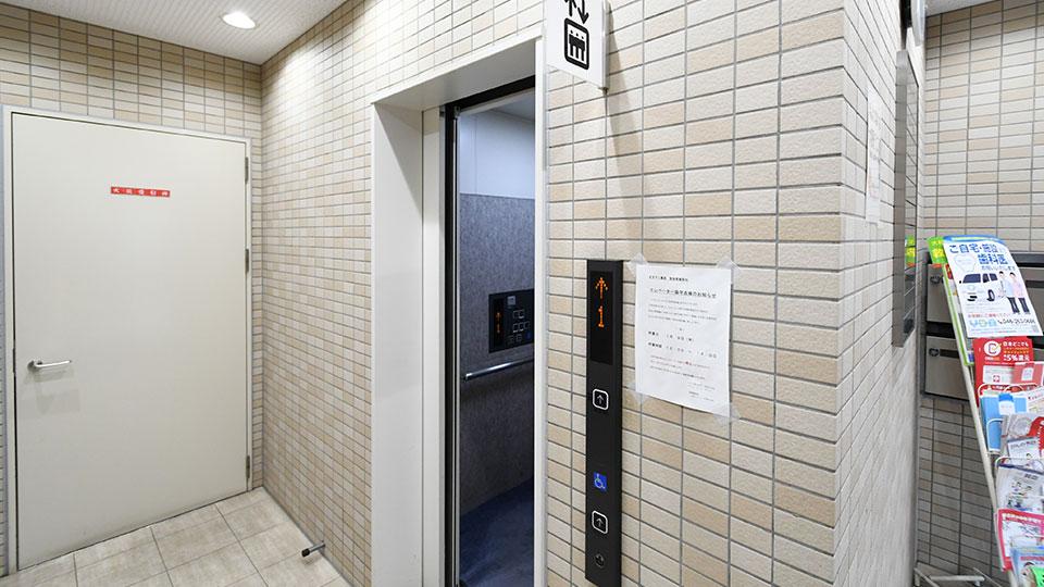 エレベータで3階へお進みください。